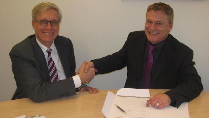 Ondertekening van de samenwerkingsovereenkomst door Frank Kaptein, bestuurder van Intrakoop, en Ruud Coolen van Brakel, bestuurder van het Instituut voor Verantwoord Medicijngebruik.