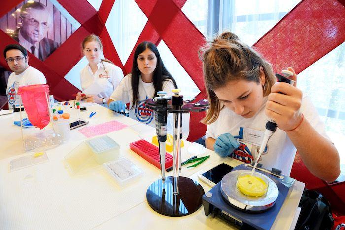 Tijdens het evenement SensUs demonstreren en testen de deelnemende teams hun biosensoren. Foto: SensUs 2018