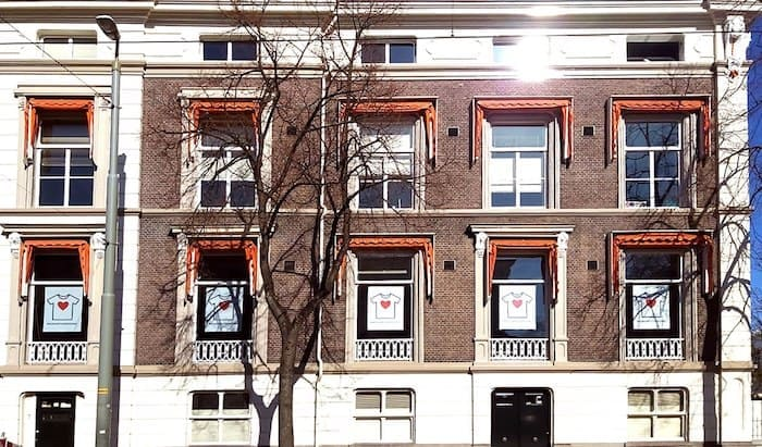 KNMP Witte shirts met daarop een groot rood hart voor de ramen