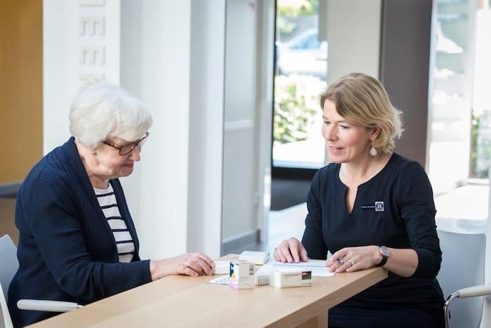 patient-in-gesprek-met-apotheker
