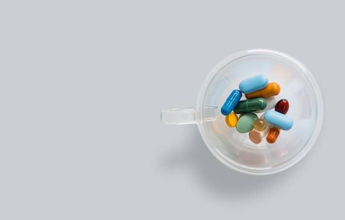 bekertje met verschillende medicijnen
